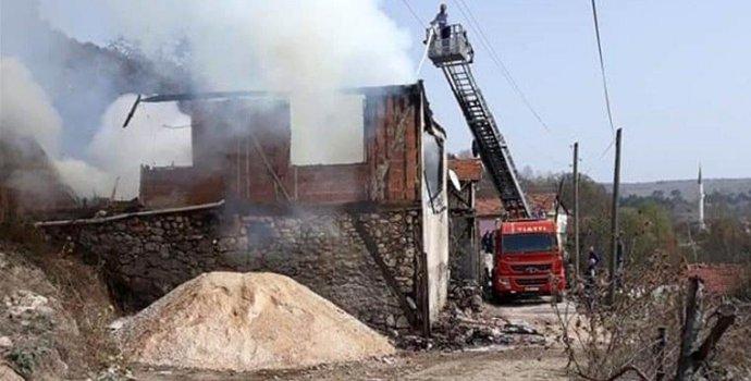 Karabük'teki yangında 2 evde büyük hasar!